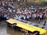 Xe buýt lao xuống kênh, 14 học sinh thiệt mạng