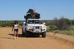 Người phụ nữ đầu tiên một mình chạy qua sa mạc