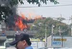 Xe tải chở hóa chất bốc cháy dữ dội trên cầu