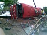 Xe khách đâm vào quán cà phê, 14 người thương vong