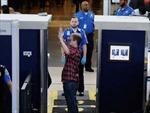 Nhân viên an ninh sân bay Los Angeles làm liều