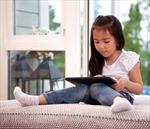 """Tranh cãi quanh chuyện dùng iPad làm """"người trông trẻ"""""""