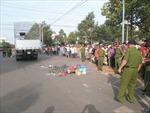 Ô tô kéo lê xe máy, hai trẻ tử vong