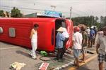 Va chạm xe container, xe khách lật kinh hoàng làm 14 người phải cấp cứu