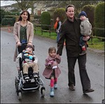 Thủ tướng Anh bỏ quên con gái ở quán rượu