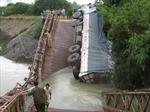 Xe chở gạo quá tải làm sập cầu