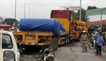 Container nổ lốp, ủi nát dải phân cách