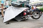 Xe ba gác chở đá hoa cương đè xe máy, thiếu nữ thoát chết