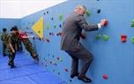 Thái tử Charles mặc complet leo tường