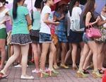 Mặc váy ngắn được giảm 50% vé vào công viên