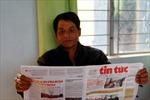 Dân làng Chu Jruang đọc và làm theo báo để xóa đói, giảm nghèo