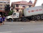 Xe container đâm nhà chờ xe buýt, 5 người thương vong