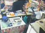Người bán hàng dũng cảm chống trả hai tên cướp có súng