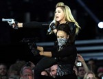 Sir Elton John ví Madonna với vũ công thoát y