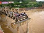 Ca nô đâm vào trụ cầu, 5 người rơi xuống sông Hồng