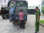 Xe tải đổ trộm rác thải nguy hại xuống hầm đá