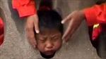 Giải cứu bé trai kẹt đầu vào lan can
