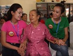 Video: Thí sinh Hoa hậu Việt Nam nhí nhảnh làm từ thiện