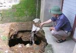 Hoảng hồn với hố sụt đất ngay trong nhà