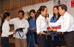 100 tân sinh viên vượt khó nhận học bổng