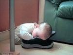 Những tư thế ngủ kỳ cục của trẻ nhỏ