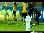 Cầu thủ quăng lựu đạn trên sân bóng