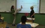 Cô giáo giảng bài bằng chân