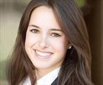 Thiếu nữ xinh đẹp lấy bằng thạc sĩ ở tuổi 21