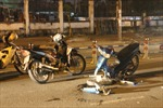Xe máy đối đầu trong đêm, một người nguy kịch