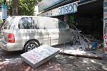 Ô tô bốc cháy lao vào cửa hàng kinh doanh