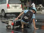 Hàng loạt người 'vồ ếch' vì dầu nhớt đổ trên đường