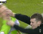Fan hạ gục thủ môn Leeds ngay trên sân