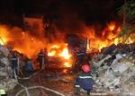 Cháy kho phế liệu sát nhà dân