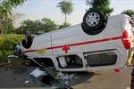 Xe cứu thương lật ngửa, tài xế hút chết