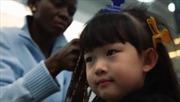 Làm tóc kiểu châu Phi hút khách tại Trung Quốc