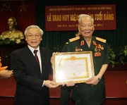 Trao Huy hiệu 75 năm tuổi Đảng tặng đồng chí Lê Đức Anh