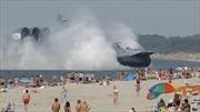Tàu khủng 'hồn nhiên' đổ bộ bãi biển đông nghịt người
