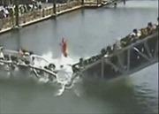 Cầu sập vì 'sức nặng' của du khách Trung Quốc