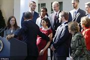 Obama nhanh tay đỡ bà bầu bị chóng mặt