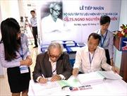 Tiếp nhận bộ sưu tập hiện vật của cố Giáo sư Nguyễn Văn Chiển