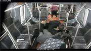 Hành khách xe buýt tay không bắt cướp có súng