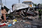 Xe tải đâm xe khách, 12 người bị thương