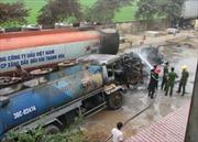 Cháy xe chở dầu, hai người bị thương
