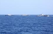 Trung Quốc tăng cường tàu quanh giàn khoan trái phép