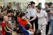 Phó Chủ tịch nước Nguyễn Thị Doan thăm và tặng quà trẻ em ung thư