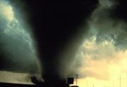Lốc xoáy làm tốc mái 7 phòng trọ