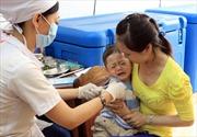 Cho trẻ tiêm vắc xin đúng lịch phòng viêm não Nhật Bản