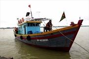 Tàu cá bị nạn đang được lai dắt về đất liền