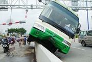Xe buýt 'làm xiếc' trên đường, hành khách hoảng loạn