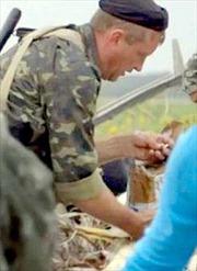 Cảnh phiến quân trộm nhẫn của nạn nhân MH17